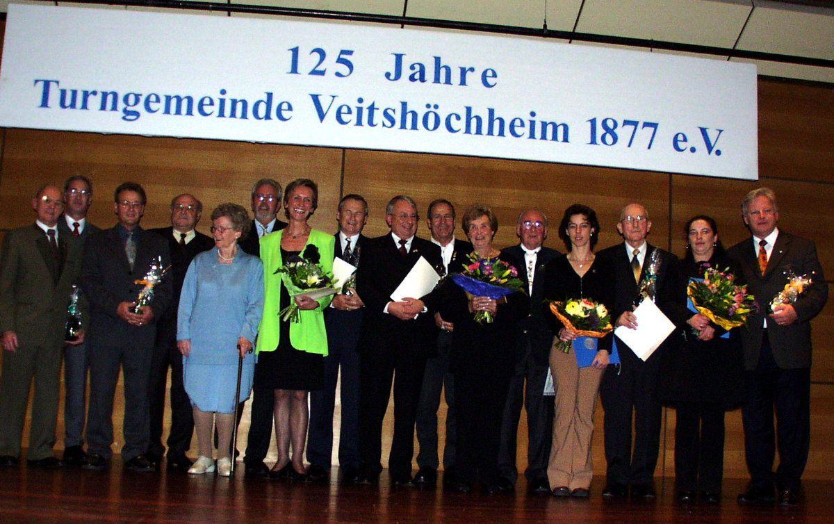 2002, ein Jahr später wurde sie mit der Ehrennadel in Gold mit kleinem Kranz bedacht, eine der höchsten Auszeichnungen des Bayerischen Turnverbandes.