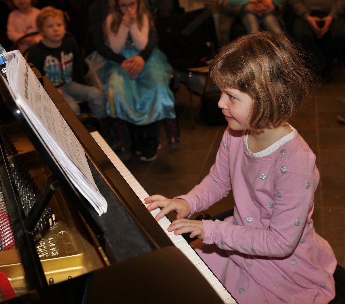 """Sichtlich Spass hatte Lena Hardecker, mit fünf Jahren die jüngste Solistin, die bei der """"Musik zum Feierabend"""" ohne Lampfenfieber """"Hopp, hopp, hopp"""" und """"Schlaf Kindlein, schlaf"""" interpretierte."""