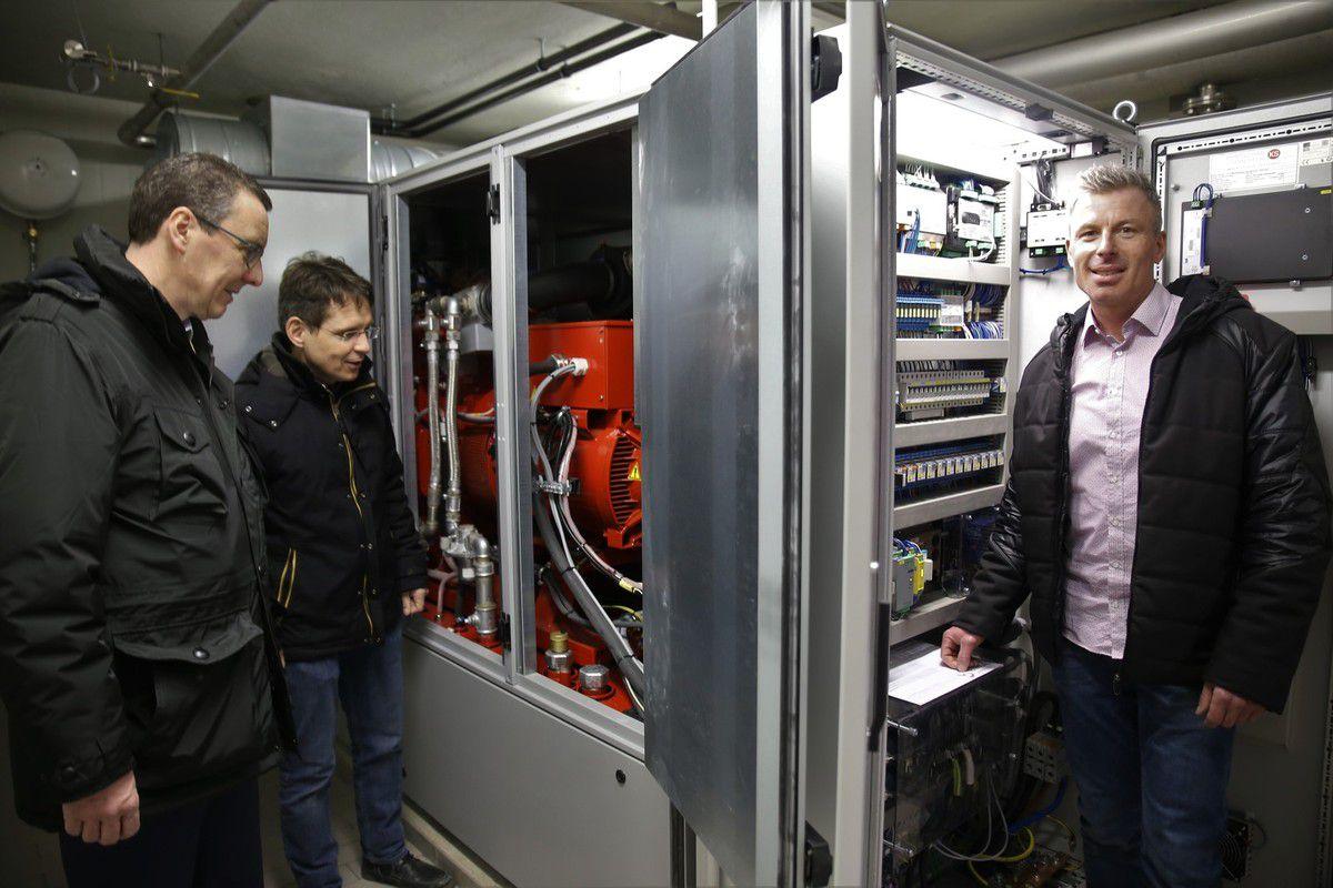 Eine lohnede Investition: Bürgermeister Jürgen Götz inspiziert mit seinem Tiefbauingenieur Jürgen Hardecker und Klärwerksbetriebsleiter Rainer Siebert (v.l.n.r.) das neue BHKW der Kläranlage