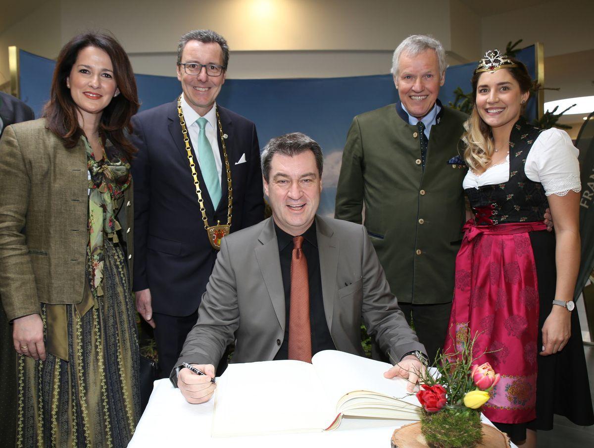 Eintrag des MP ins Goldene Buch der Gemeinde - links neben Bürgermeister Jürgen Götz die neue bayerische Landwirtschaftsministerin Michaela Kaniber, rechts BJV-Präsident Prof. Dr. Jürgen Vocke und die bayerische Jagdkönigin Lisa Müller
