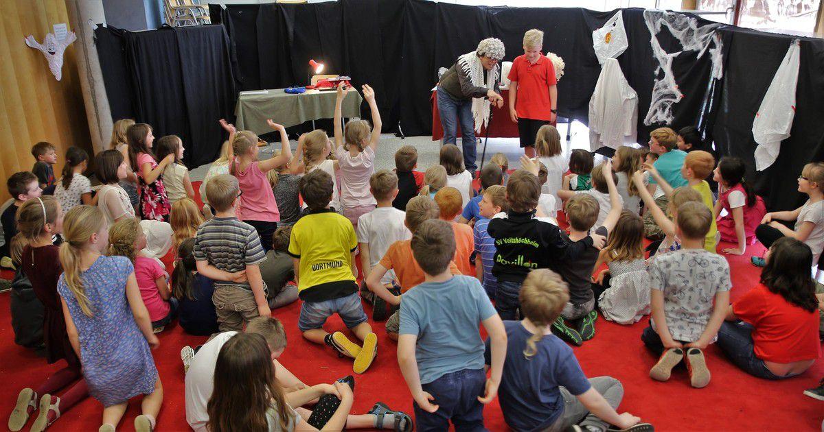 Toller Vorlesespaß für 220 Drittklässler am Gymnasium Veitshöchheim mit einer kräftigen Prise Theater - NIMM UND LIES – Bücher bauen Brücken