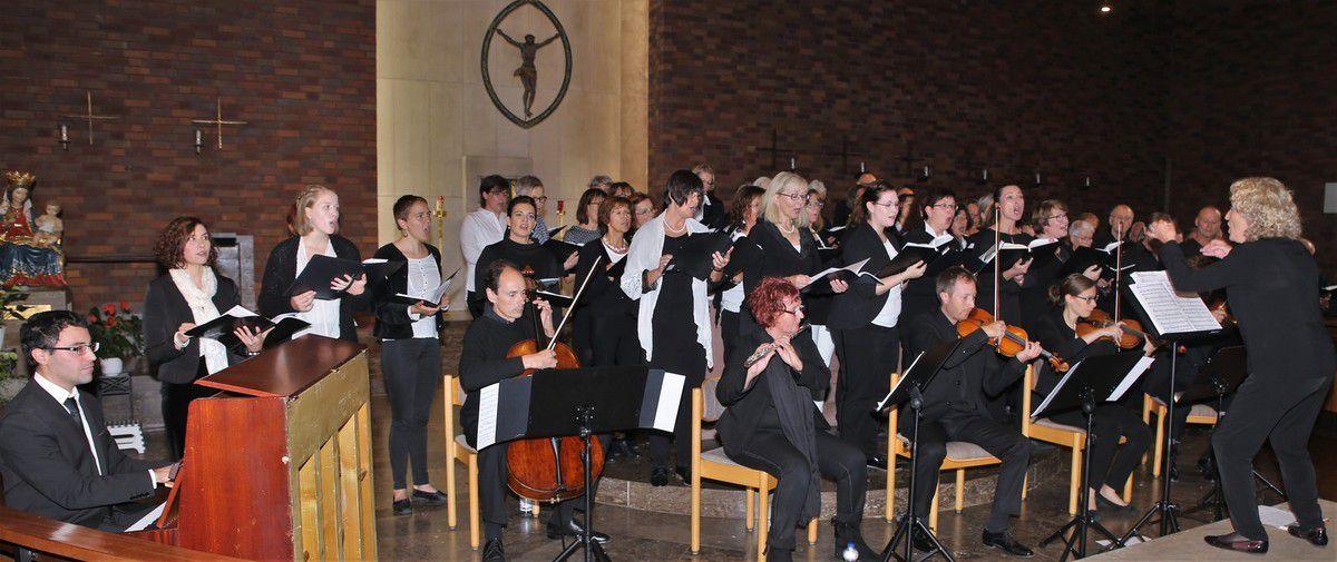 Mit einem phänomenalen Chorkonzert ihres Projektchors, der sich in allen Stimmen klangvoll, strahlend und ausgewogen  in der vollbesetzten Kuratiekirche präsentierte, startete die Sing- und Musikschule Veitshöchheim eindrucksvoll in ihr 40jähriges Jubiläumsjahr.