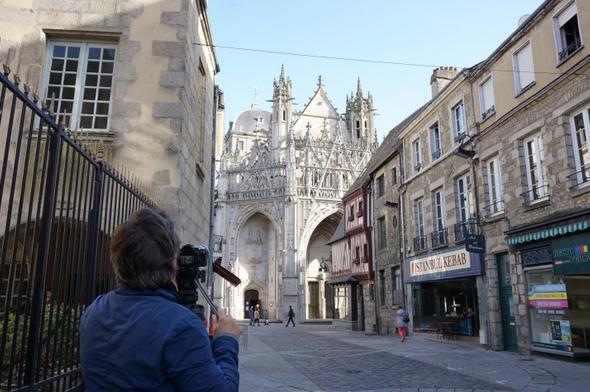 Tournage devant la basilique d'Alençon. © Sanctuaire d'Alençon