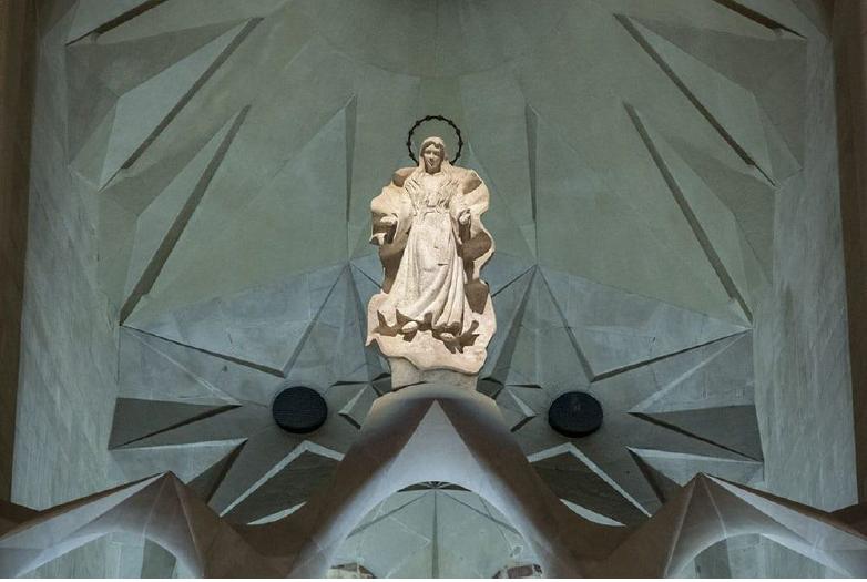 Statue de la Vierge Marie, basilique de la Sagrada Familia - Barcelone