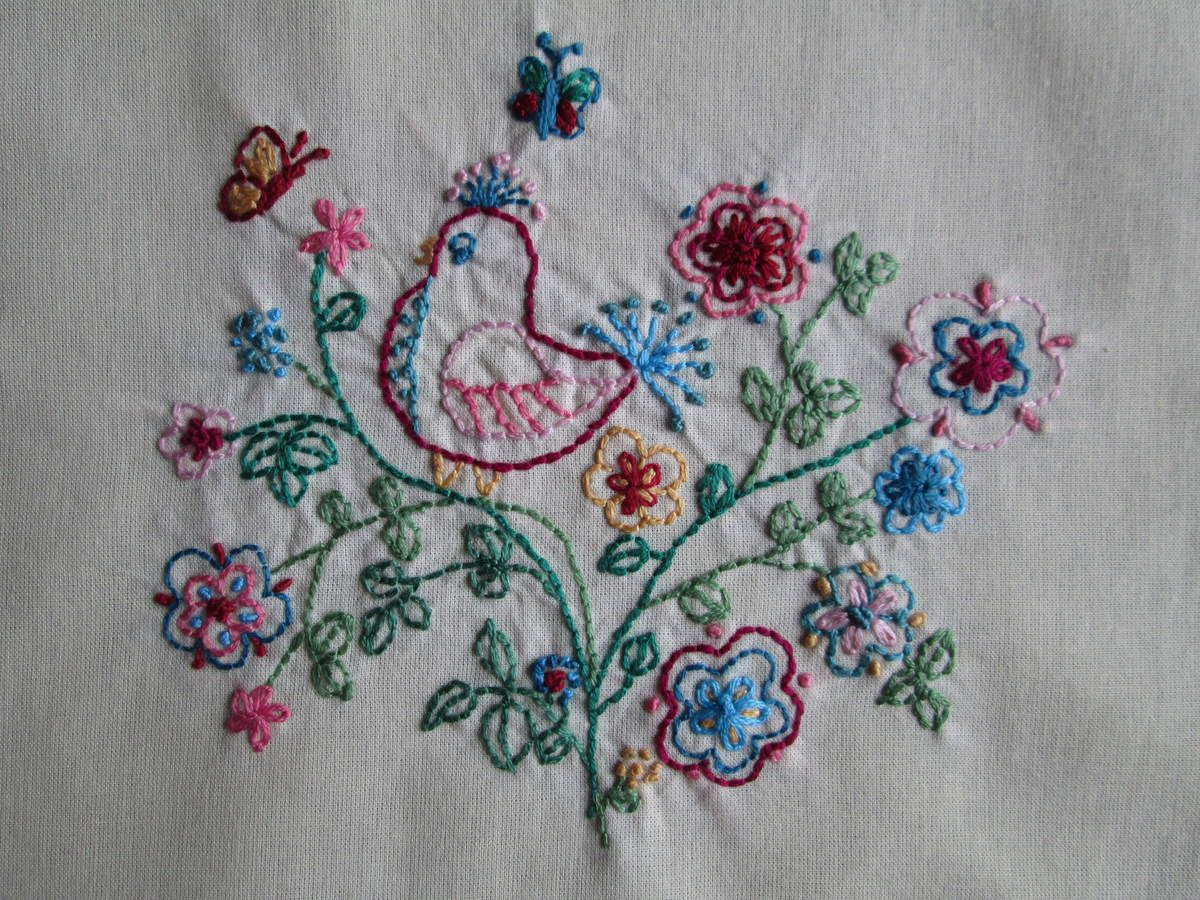 """Coussin """"bustle and sew """", 1."""