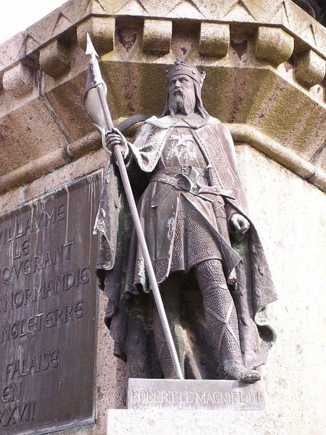 Statue de Robert le Magnifique, descendant du tout premier duc de Normandie Rollon, sur le socle de celle du Conquérant à Falaise