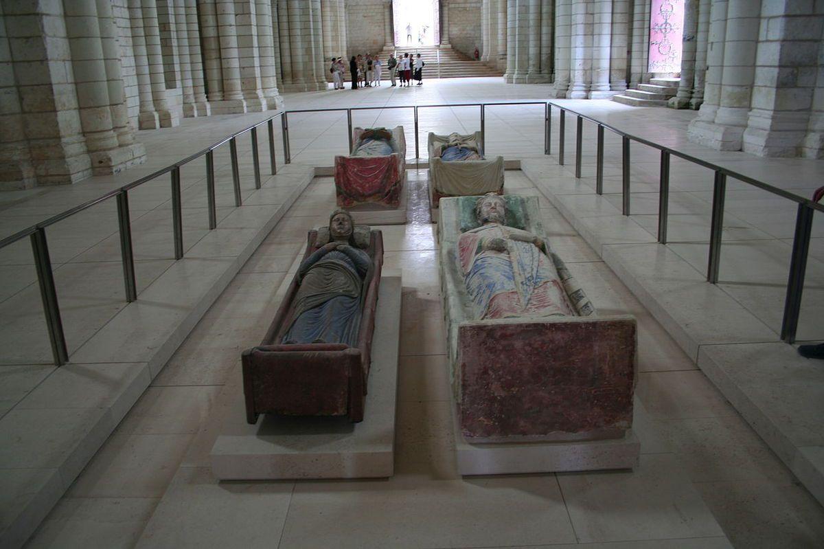 Gisants exposés dans l'abbatiale. Au premier plan, Isabelle d'Angoulême et Richard Cœur de Lion, au second plan, Aliénor d'Aquitaine et Henri II