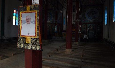 Photographie prise le 18 mars 2015 - portrait du pape François sur une colonne de l'église de Baihanluo, région tibétaine de la province chinoise de Yunnan, sud-est du Tibet ( http://www.larepubliquedespyrenees.fr/2015/05/21/les-tibetains-catholiques-fous-de-dieu-en-chine-communiste,1252499.php )