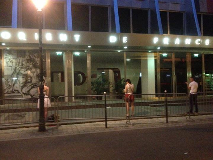 Source photo:     http://www.ndf.fr/nos-breves/09-07-2013/la-photo-du-jour-des-veilleurs-debout-contre-la-loi-taubira-devant-le-grand-orient-lundi-8-juillet