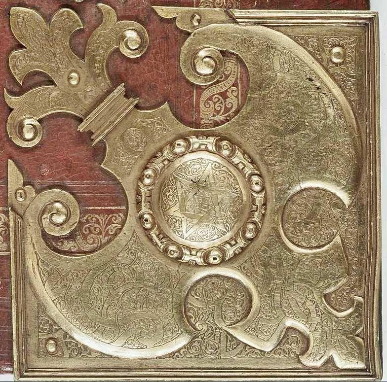 Reliure du Mus. Ms. B. Coin en métal doré, Ulrich Schniep ; Droits réservés MDZ Munich.