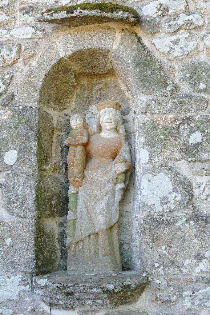 Vierge à l'Enfant, entrée nord, Chapelle de Locmaria er Hoët, Landévant. Photographie lavieb-aile.