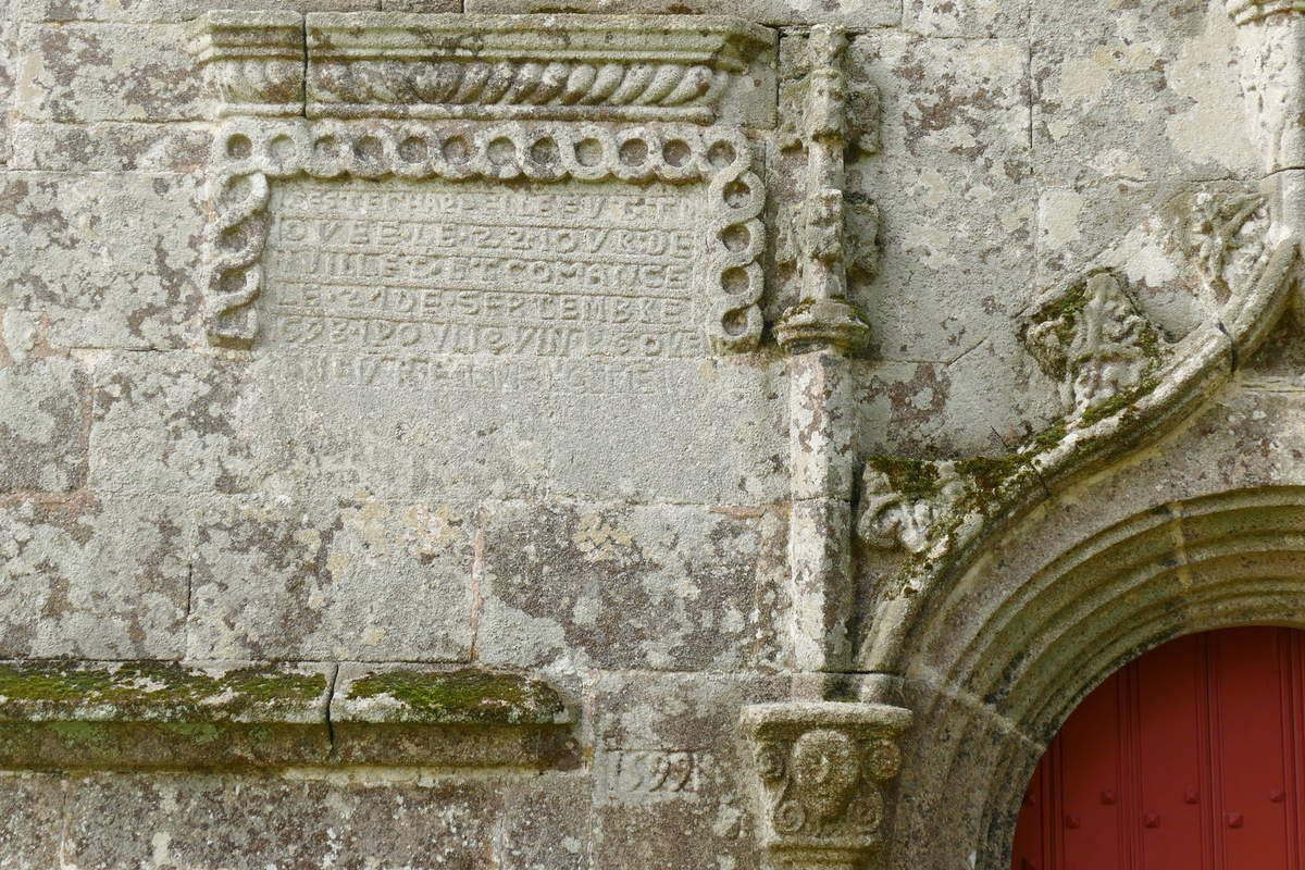 Inscription de fondation, porte nord, chapelle Saint-Sébastien, Le Faouët. Photographie lavieb-aile.