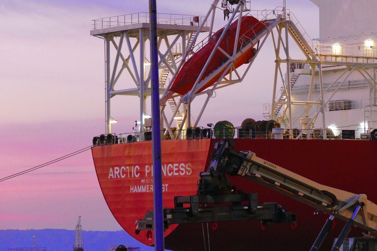 ARCTIC PRINCESS, Hammerfest (Norvège), LNG de l'armement norvégien Hoegh, long de 288 m, d'une capacité de 147 980 m3, construit en 2006 au Japon. Photographie lavieb-aile.