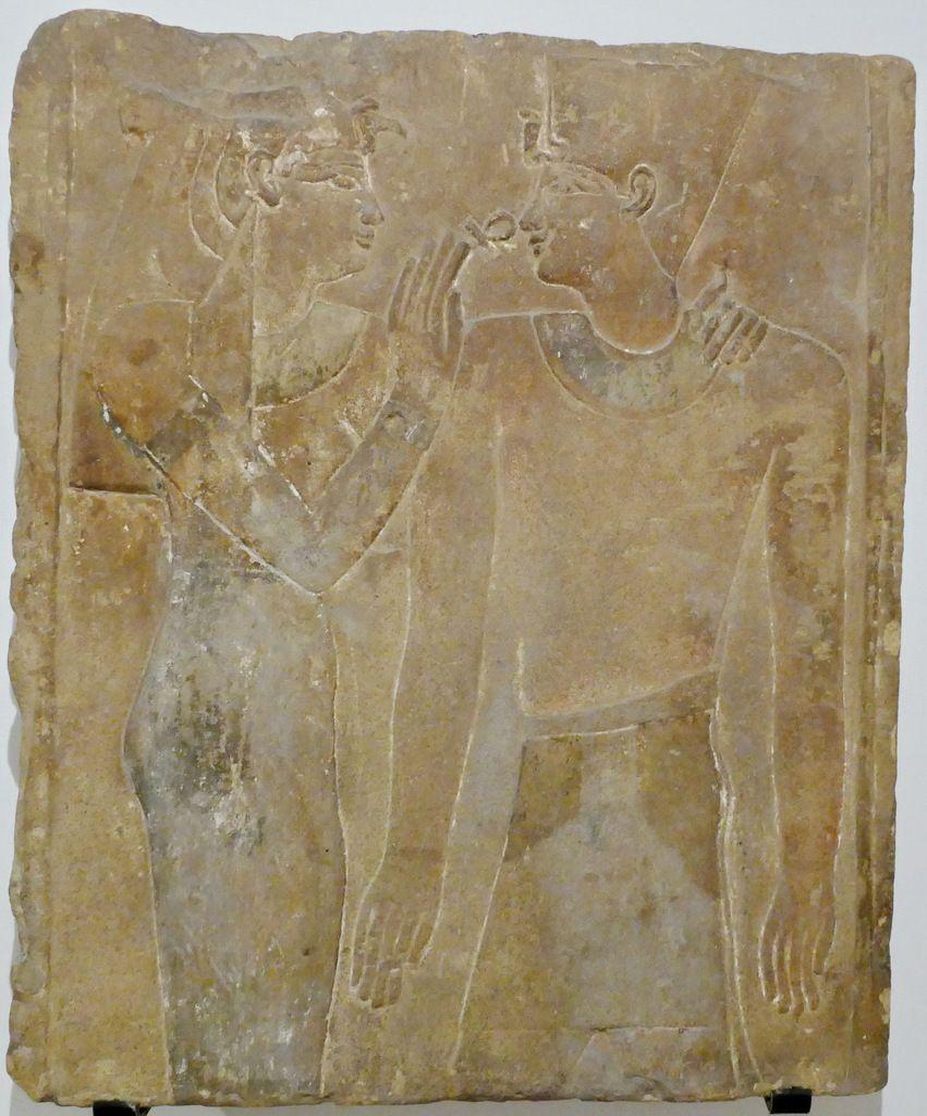 """Fragment de paroi conservant l'image d'une déesse offrant le signe de vie au roi"""", Musée de Grenoble, photographie lavieb-aile."""