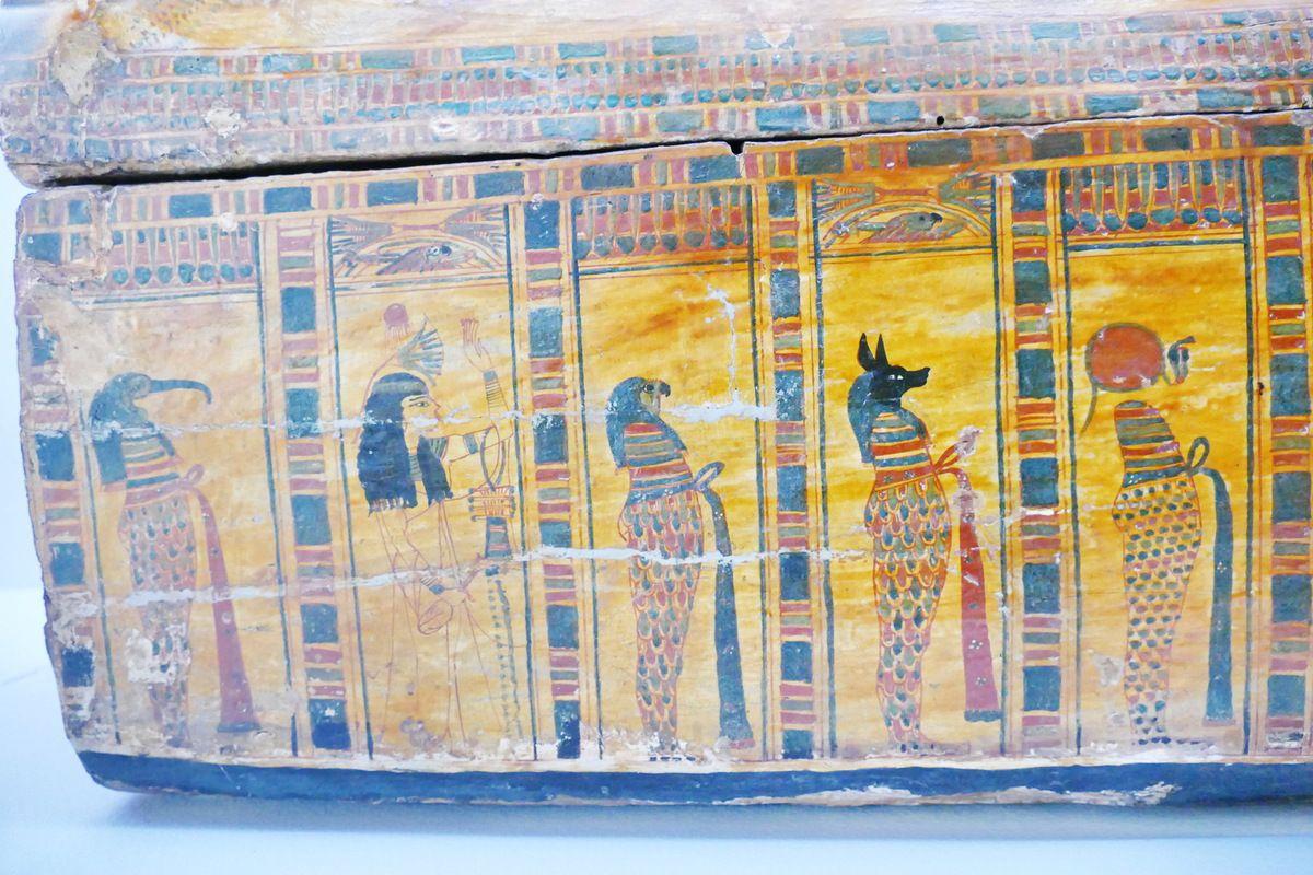 Cuve du cercueil de la chanteuse d'Amon Hatshepsout , XXIe dynastie, Musée de Grenoble, photo lavieb-aile.