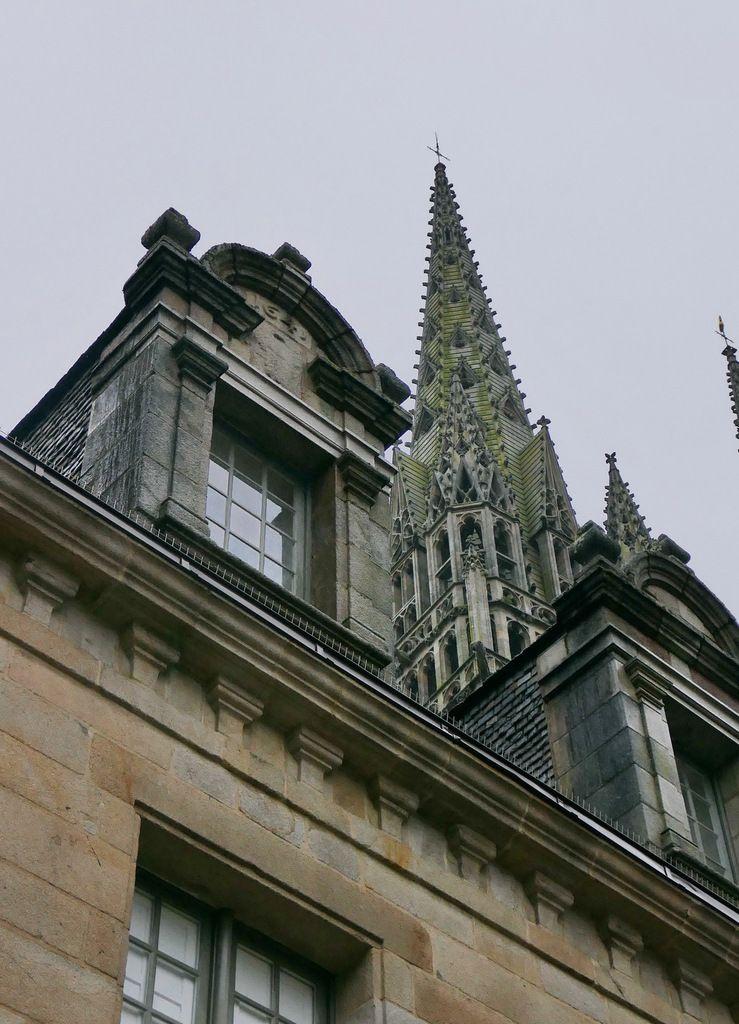 Une flèche de la cathédrale de Quimper derrière la façade du palais épiscopal, photo lavieb-aile.