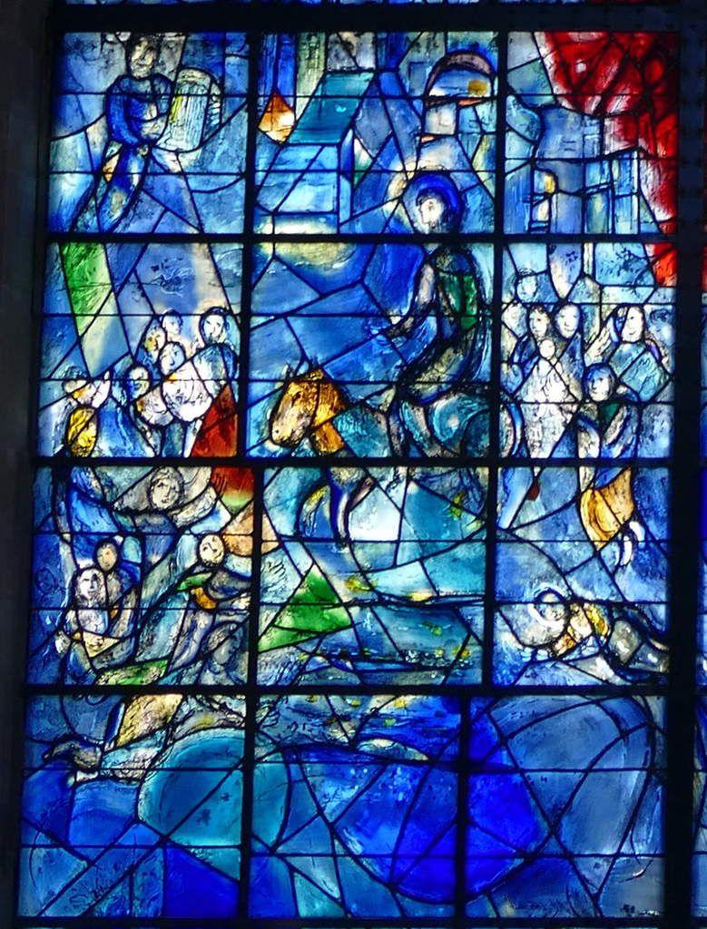 3. L'Entrée à Jérusalem, verrière de l'Arbre de Vie (1976), Marc Chagall,  chapelle des Cordeliers de Sarrebourg. Photographie lavieb-aile.