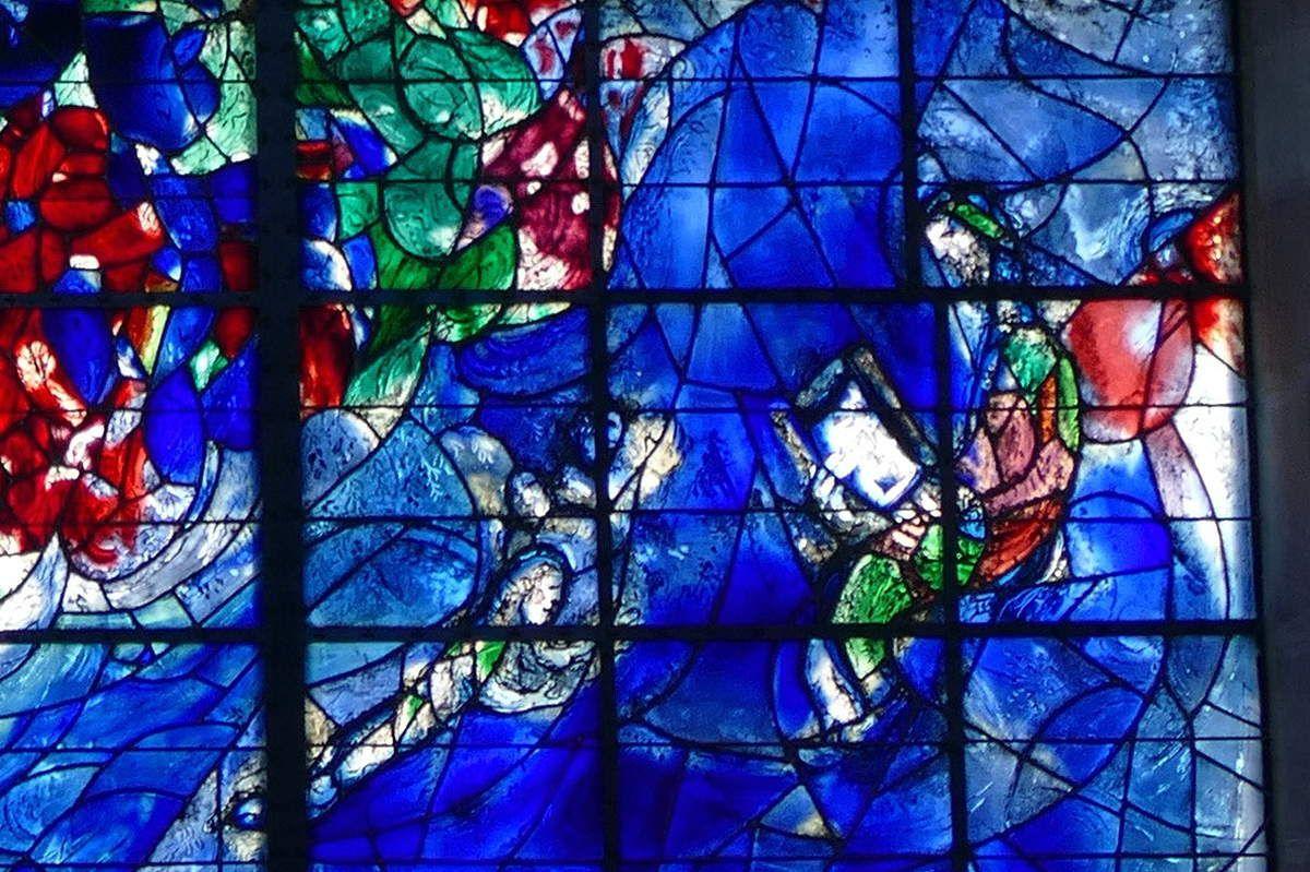 8. Abraham et les trois anges, verrière de l'Arbre de Vie (1976), Marc Chagall,  chapelle des Cordeliers de Sarrebourg. Photographie lavieb-aile.
