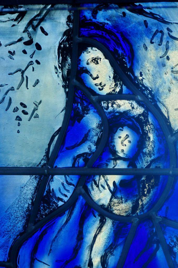La Mère et l'Enfant au pied de l'Arbre, verrière de l'Arbre de Vie (1976), Marc Chagall,  chapelle des Cordeliers de Sarrebourg. Photographie lavieb-aile.