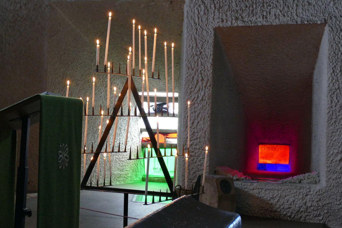 Chandelier et vitrages,  Chapelle Notre-Dame-du-Haut, Ronchamp, photographie lavieb-aile.