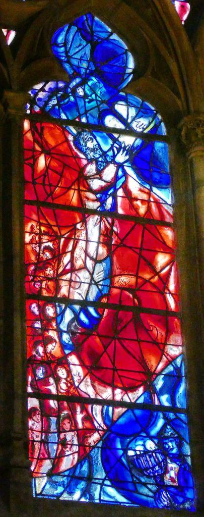Marc Chagall, Moïse recevant les Tables de la Loi, 1959-1963 ,  panneau A du vitrail du déambulatoire nord de la cathédrale de Metz. Photographie lavieb-aile.
