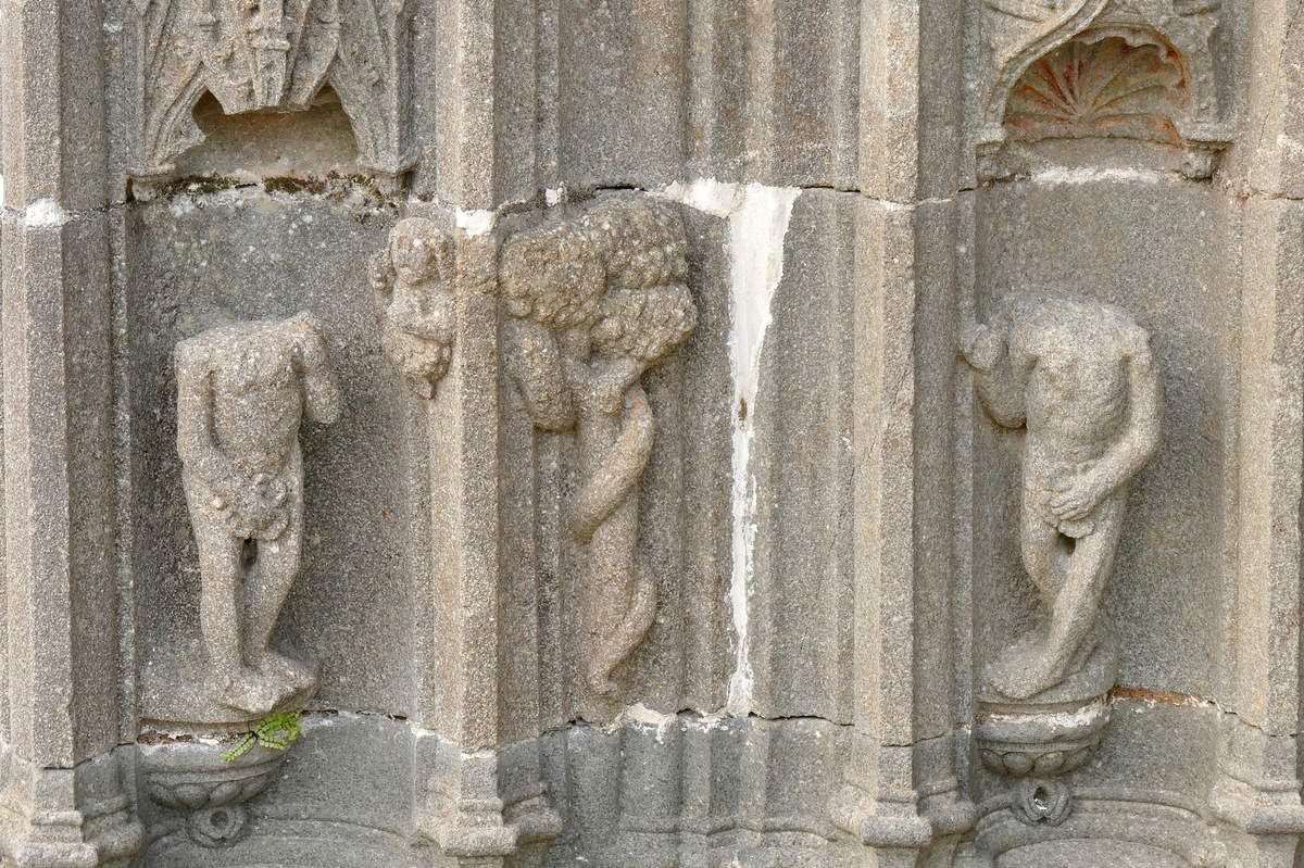 Adam, Ève et la femme-serpent de la Tentation, porche de l'église Notre-Dame de Pencran. Photographie lavieb-aile.