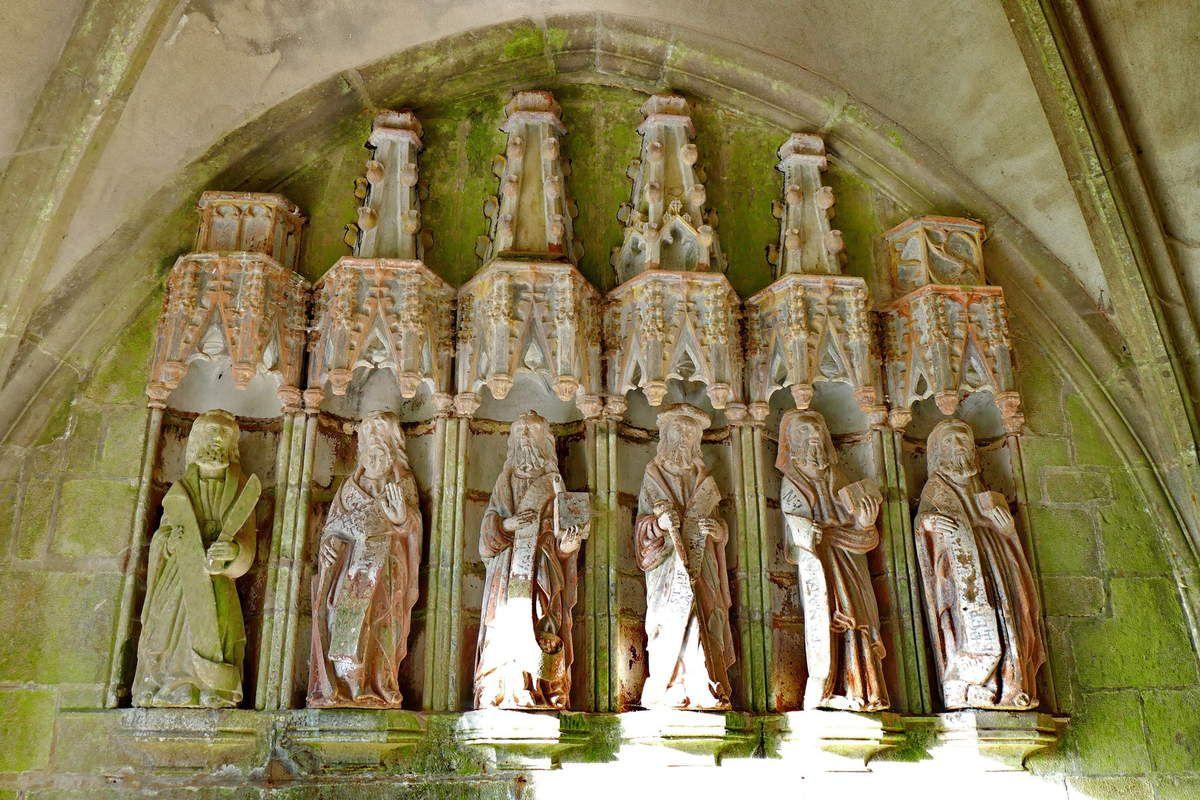 Apôtres du coté gauche , porche sud de l'église de Rumengol. Photographie lavieb-aile.