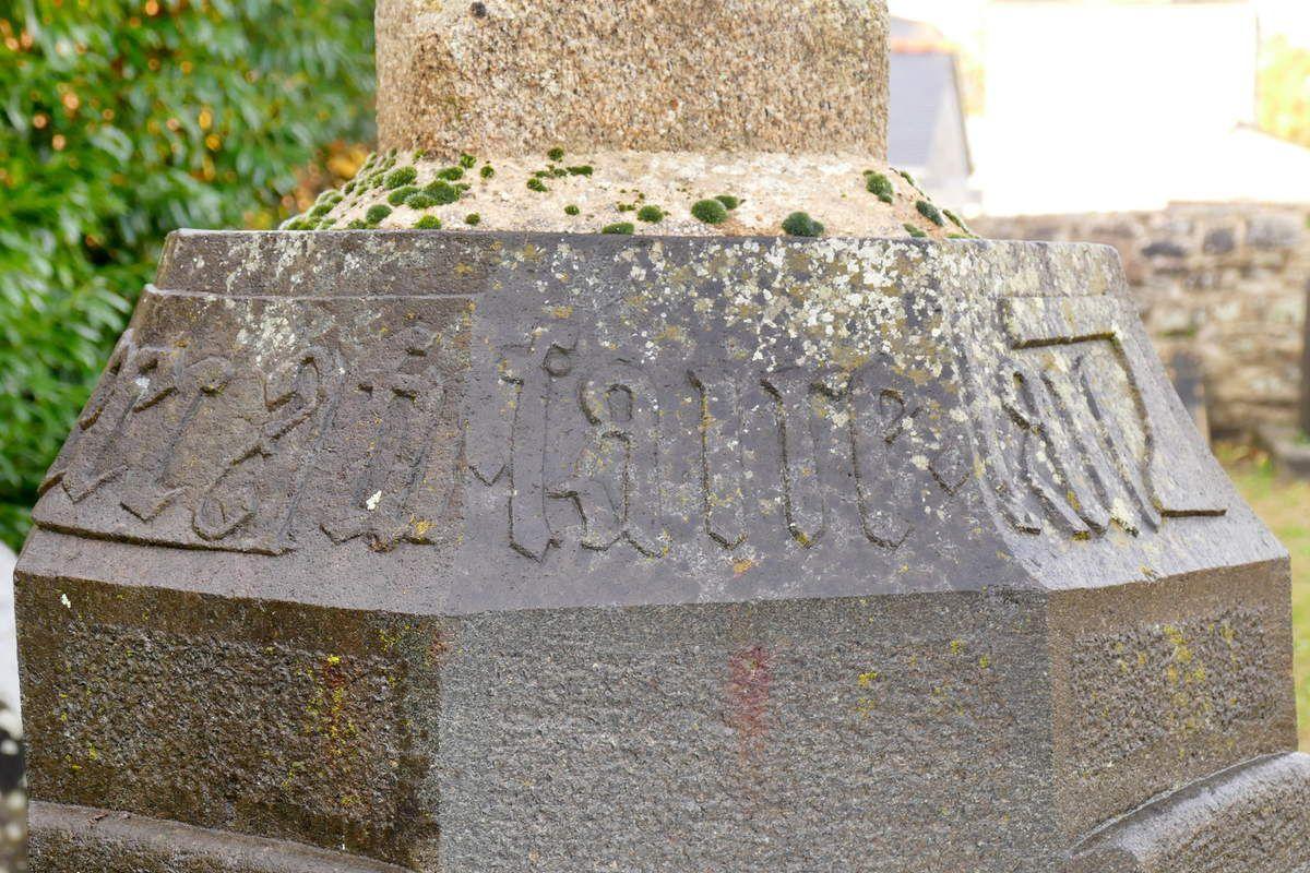 Socle (1526) de la croix du cimetière du Faou, photographie lavieb-aile