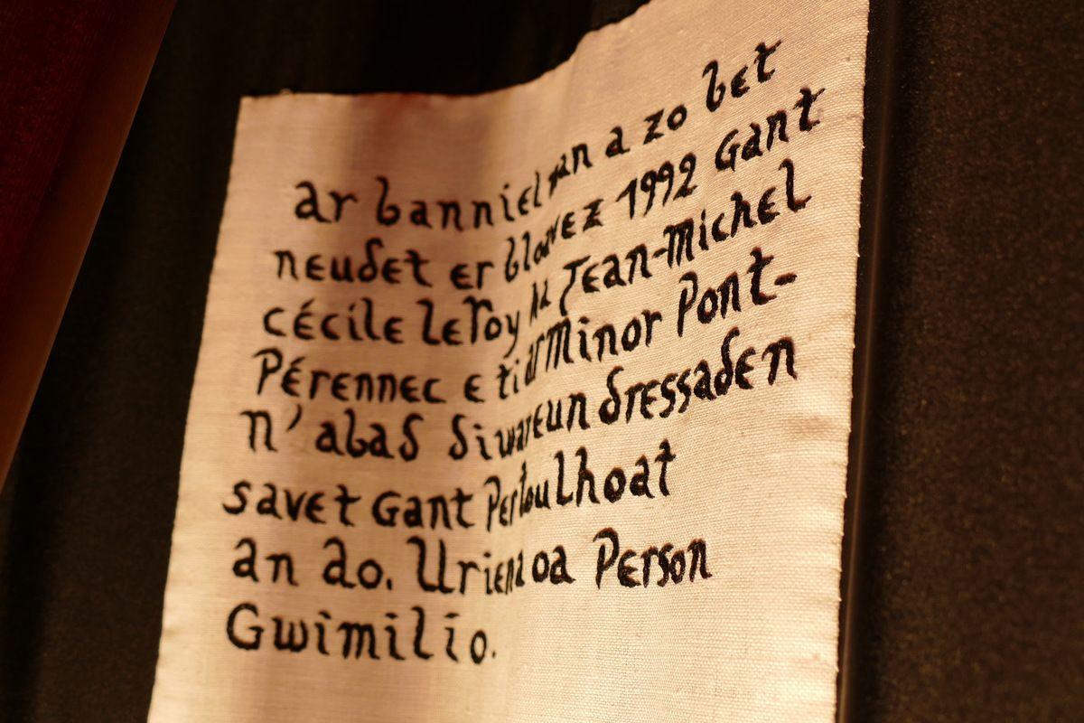 Bolduc de la bannière de la paroisse de Guimiliau. Photographie lavieb-aile.