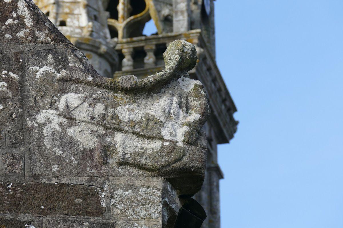 Crossette de l'angle sud-est de l'ossuaire,  église de Brasparts. Photographie lavieb-aile.