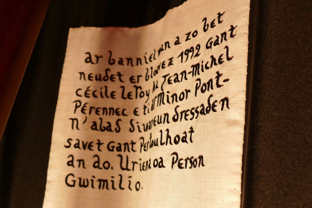 Bolduc de la bannière de la paroisse de Guimiliau, 1992. Photographie lavieb-aile.