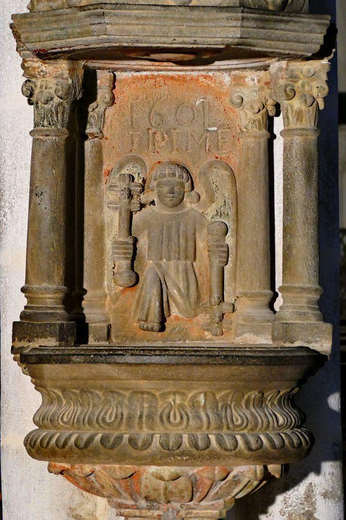 Bénitier de 1601, bas-coté sud, église Saint-Salomon, La Martyre. Photographie lavieb-aile.