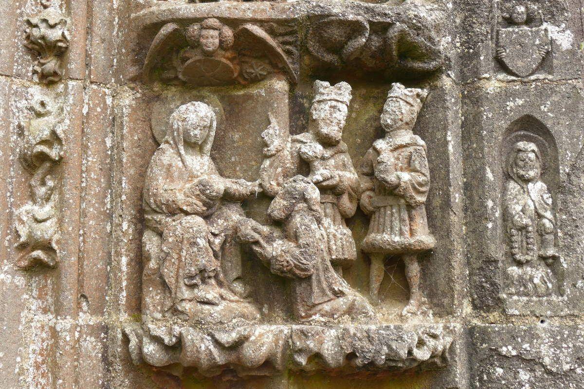 L'Adoration des Mages, piédroit du porche sud  de l'église Saint-Salomon, La Martyre. Photographie lavieb-aile.