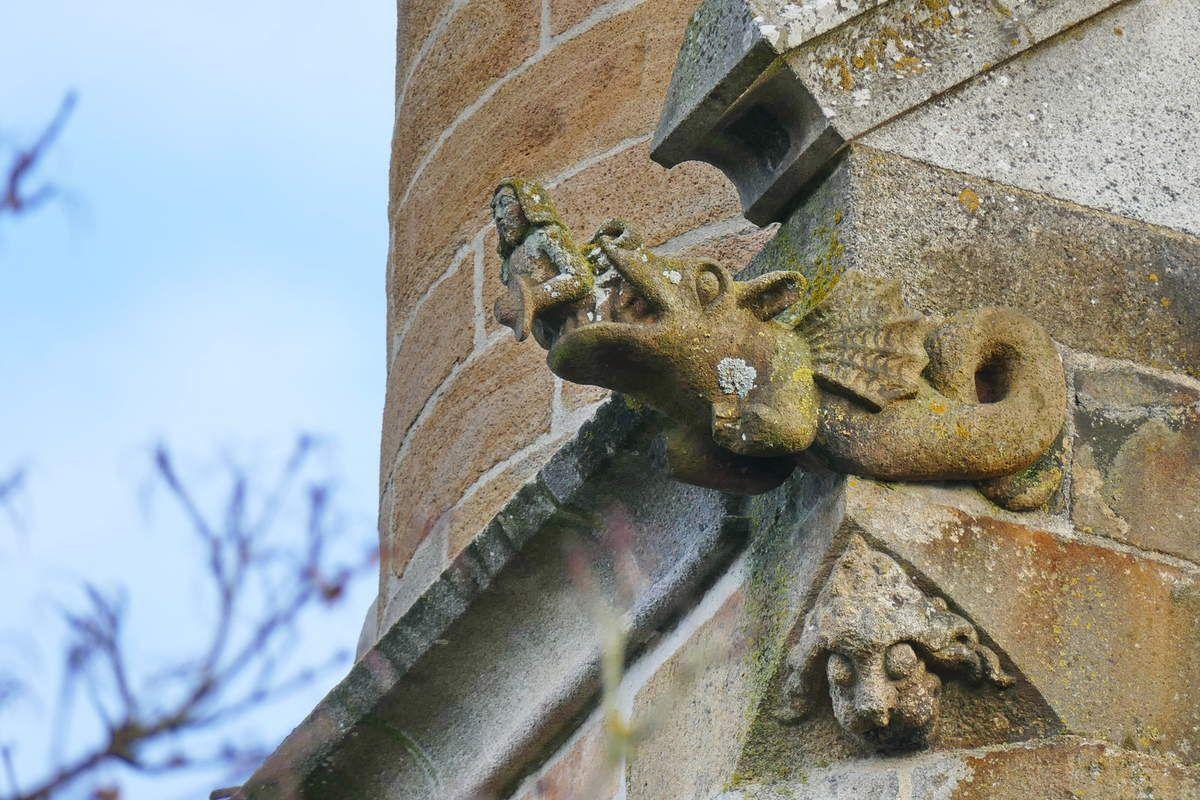 Dragon ailé tenant l'âme d'un breton, crossette de l'église Saint-Houardon, photographie lavieb-aile.