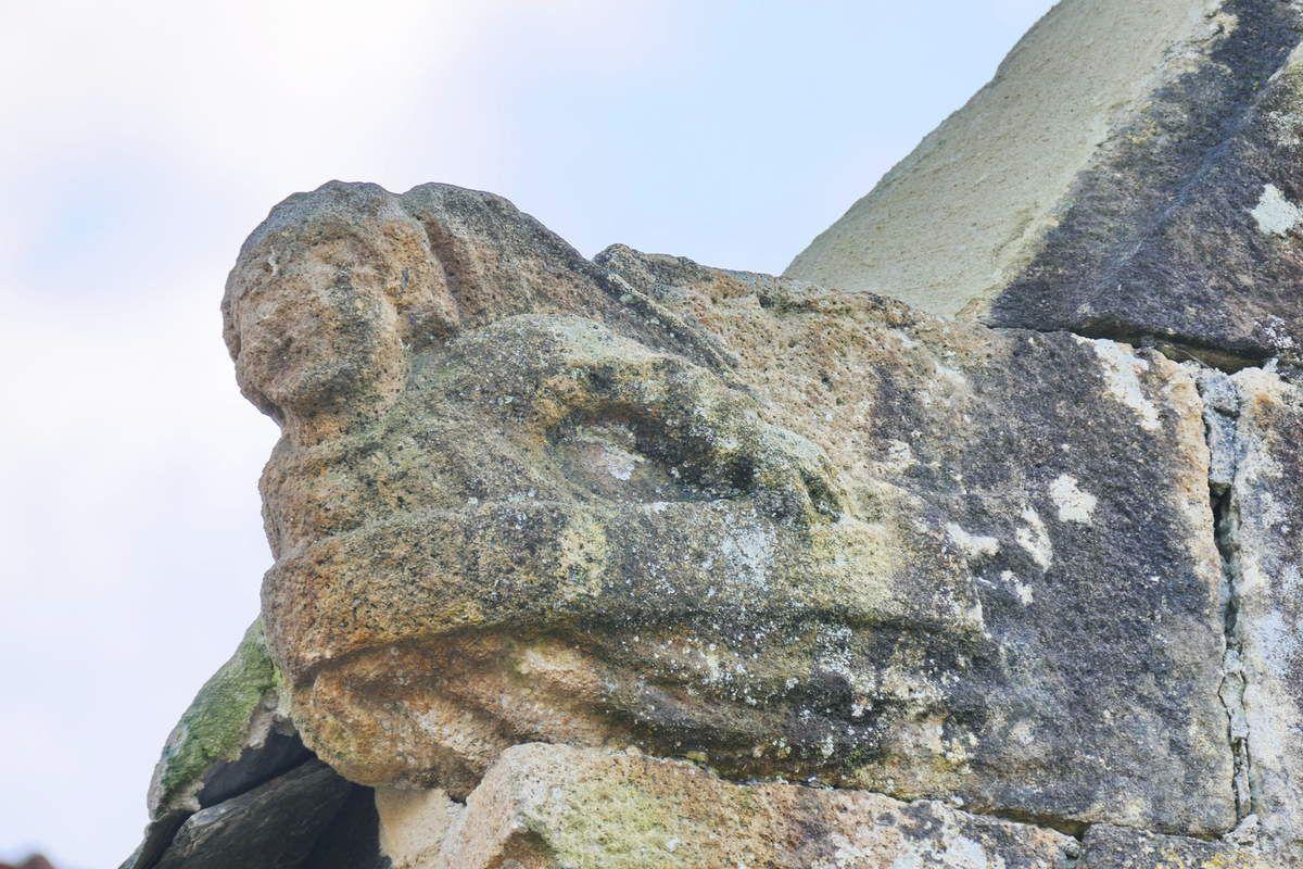 Ange tenant un phylactère, crossette de l'ossuaire Saint-Cadou de Landerneau. Photographie lavieb-aile.