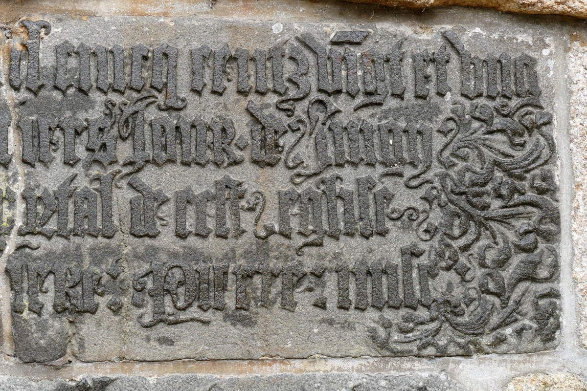 Inscription de fondation de l'église Saint-Julien (1521), cimetière de Landerneau. Photographie lavieb-aile.