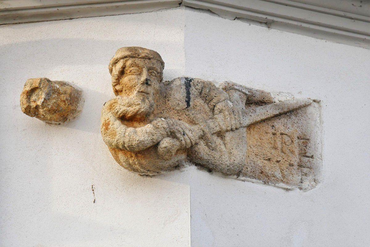 """Le chevalier """"Tire Tue"""", 1, rue François Pengam, Landerneau. Photographie lavieb-aile."""