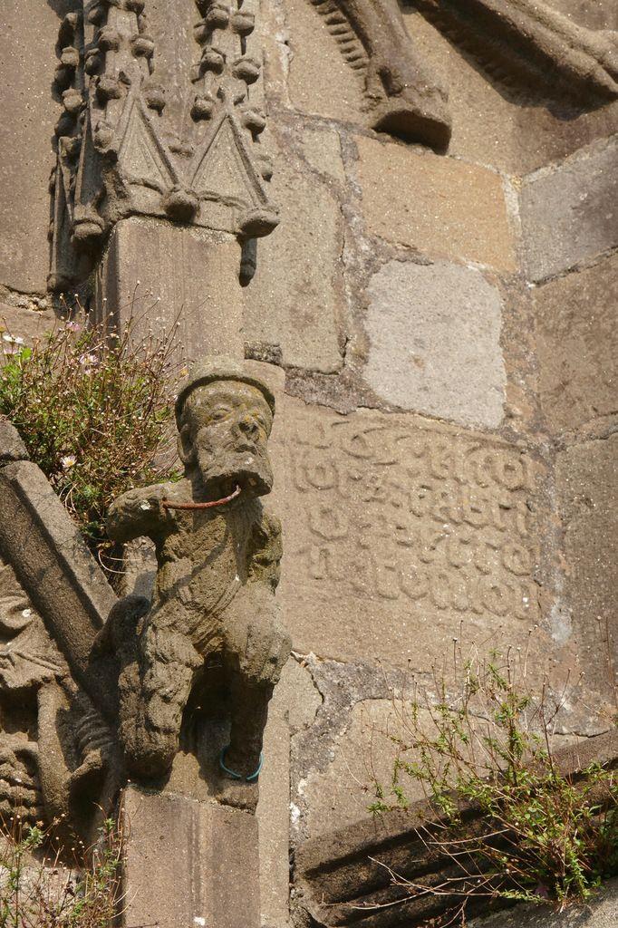 Bastien Prigent, crossette en dragon, v. 1560 Nain sauvage caressant sa barbe, Porche de l'église de Landivisiau. Photographie lavieb-aile.