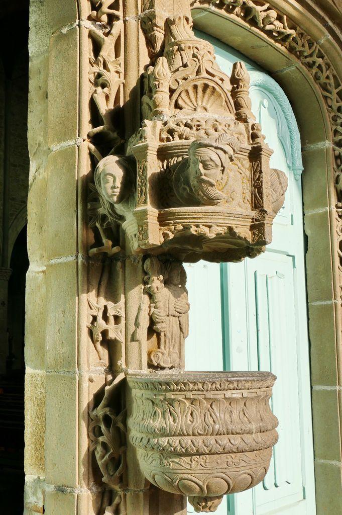 Bénitier du porche (1554-1565) de l'église de Landivisiau. Photographie lavieb-aile 2017.