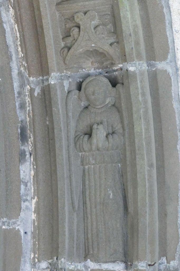 Ange orant  (kersanton, Atelier des Prigent, 1554),  porche intérieur de l'église Saint-Thuriau de Landivisiau. Photographie lavieb-aile 2017.