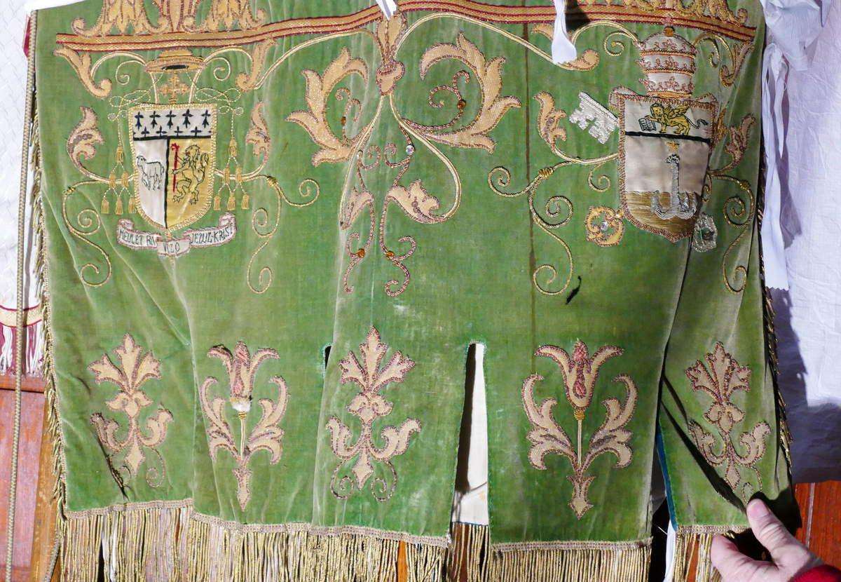 Détail de la bannière de la Sainte Famille (1908-1914), église de Dirinon.  Photographie lavieb-aile 2017.