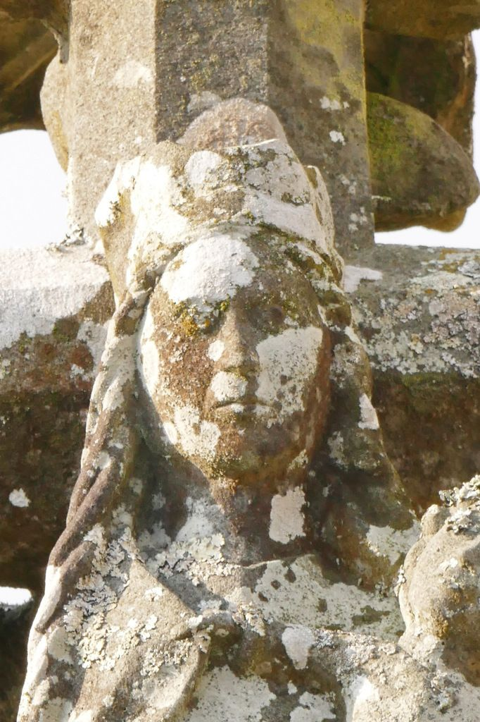Vierge, Face orientale du Calvaire (vers 1450) de Dirinon . Photographie lavieb-aile.
