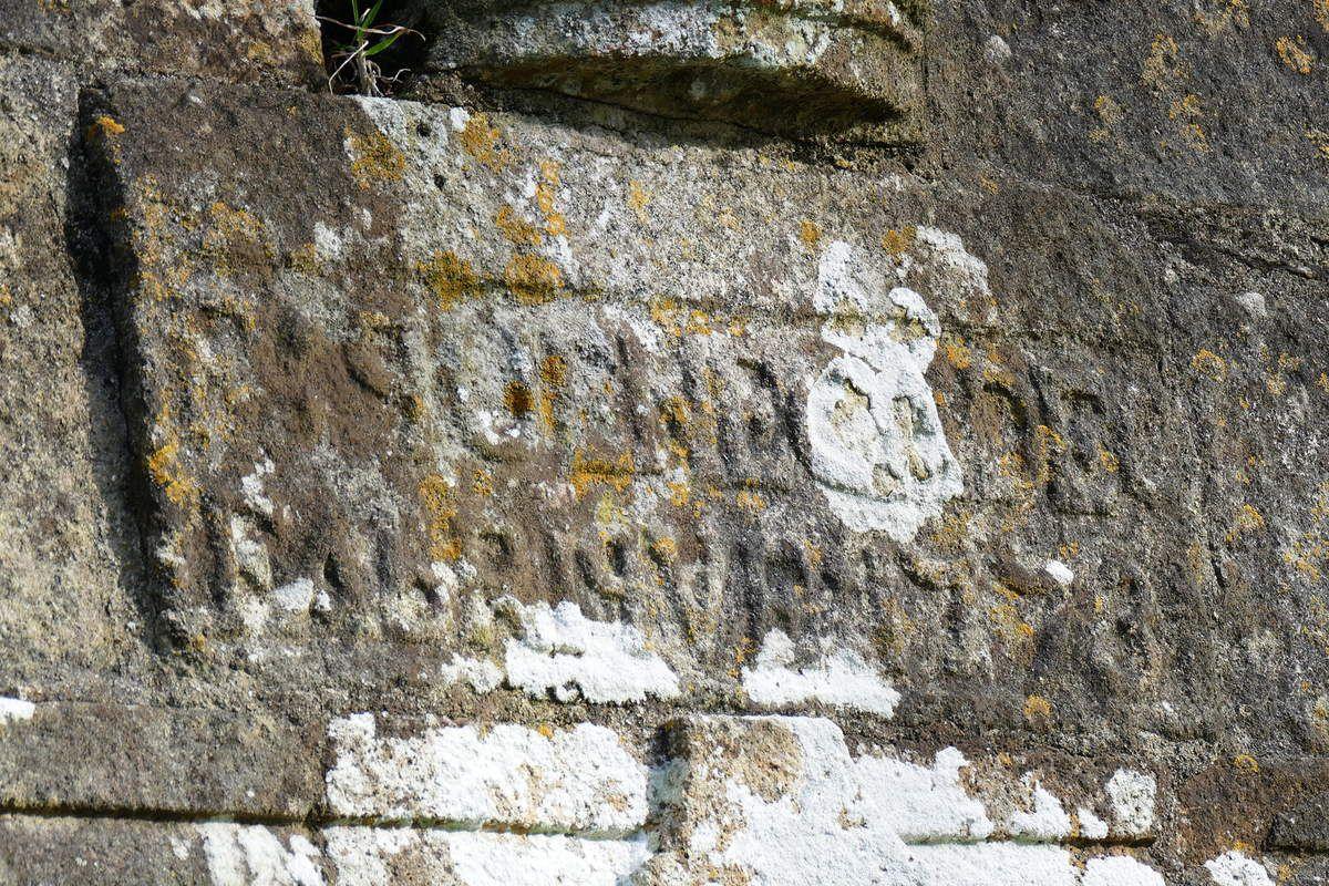 Inscription sous  la statue de saint Fiacre, chapelle Saint-Divy à Dirinon. Photographie lavieb-aile 2017.