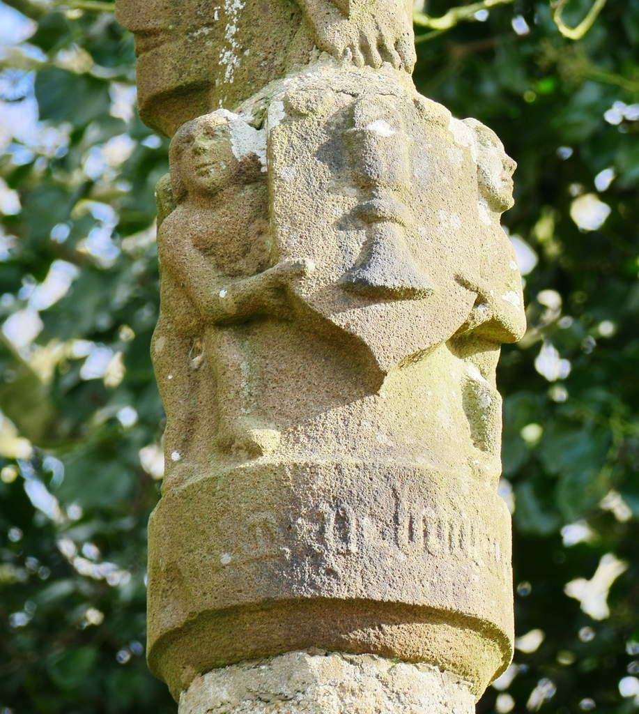 Blason au calice de la croix de Kermélénec (1568), Dirinon. Photographie lavieb-aile février 2017.