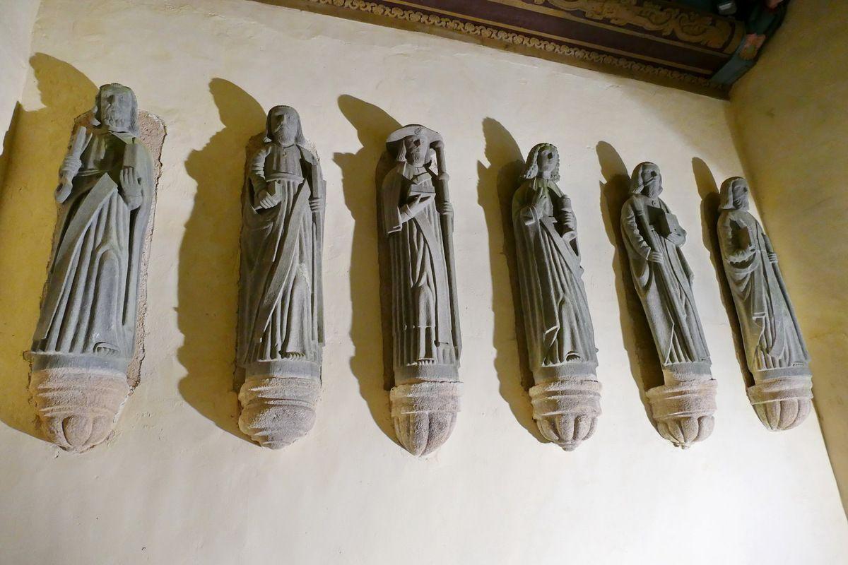 Les six apôtres de droite, porche de l'église de Dirinon. Photographie lavieb-aile février 2017