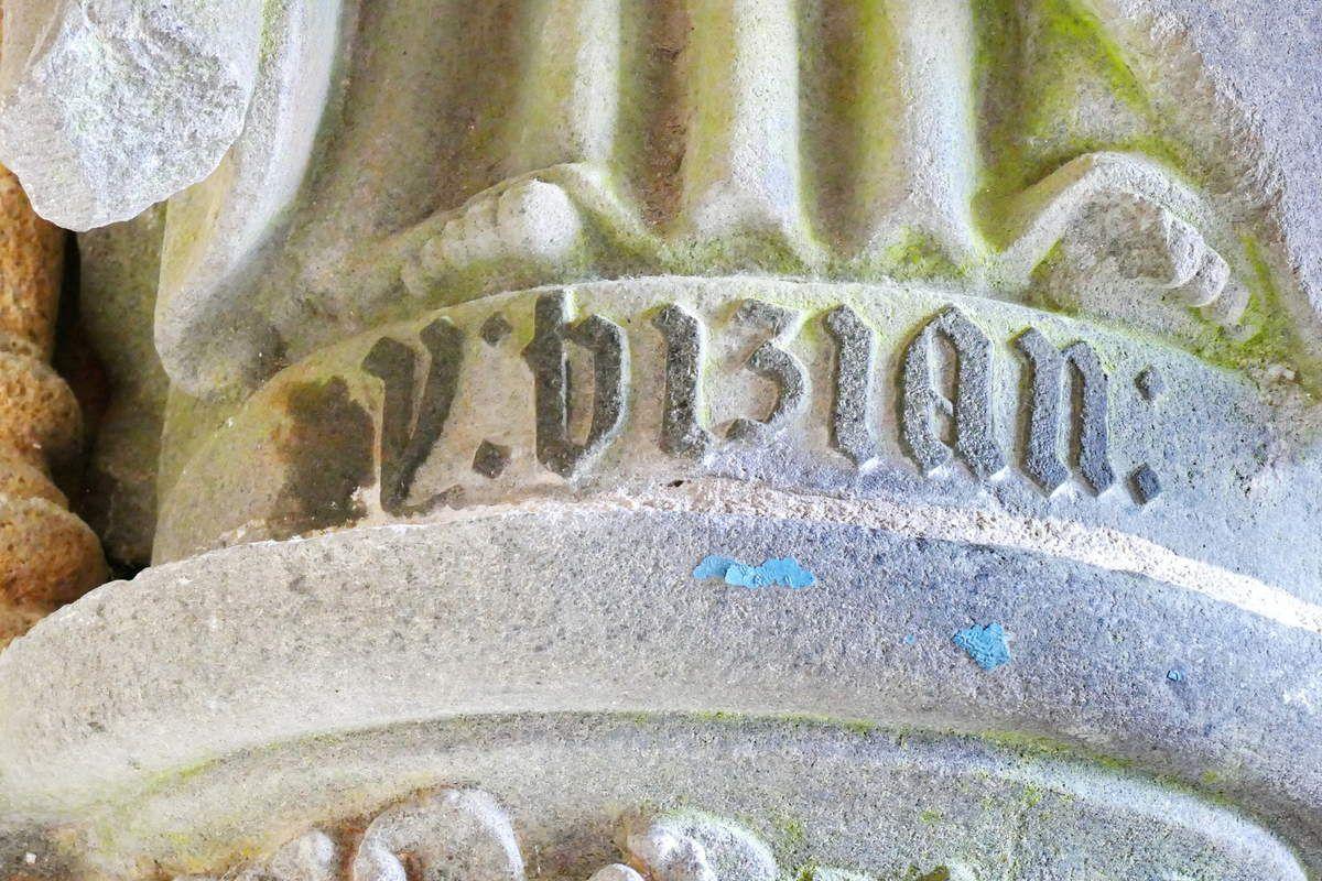 Inscription à la base de la statue de saint André, porche ( Bastien et Henry Prigent, 1563) de l'église de Guipavas. Photographie lavieb-aile février 2017.