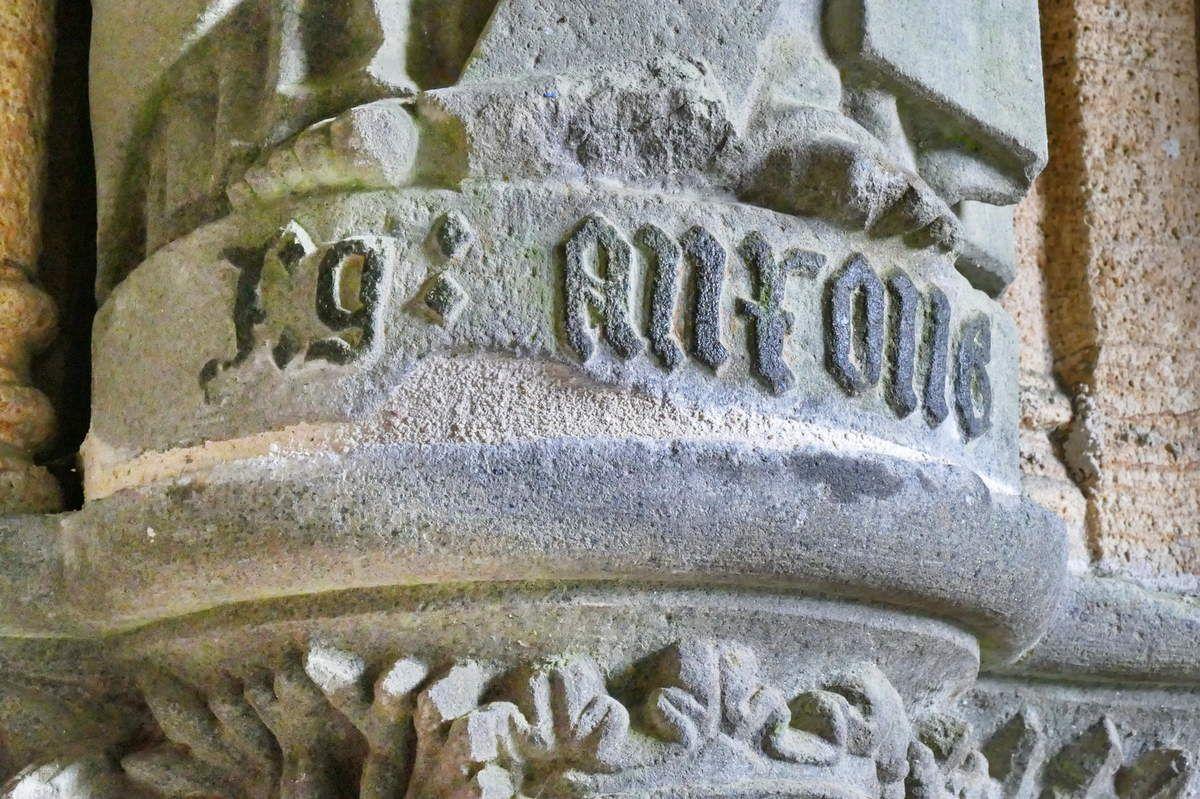 Inscriptions sur le socle de la statue de saint Jude-Thaddée,  porche ( Bastien et Henry Prigent, 1563) de l'église de Guipavas. Photographie lavieb-aile février 2017.