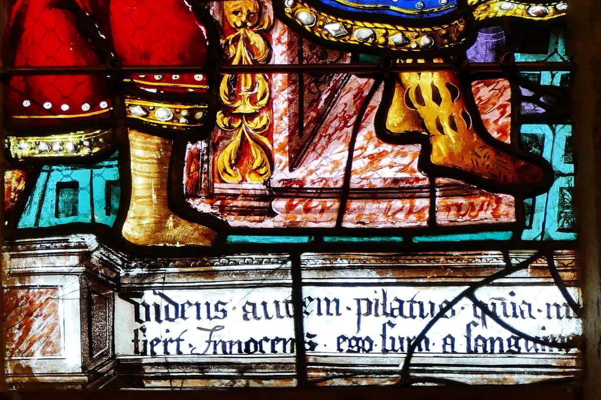 Inscription de la lancette A du registre supérieur, maîtresse-vitre (1556) du chœur de la chapelle Saint-Herbot en Plonévez-du-Faou. Photographie lavieb-aile mars 2017.