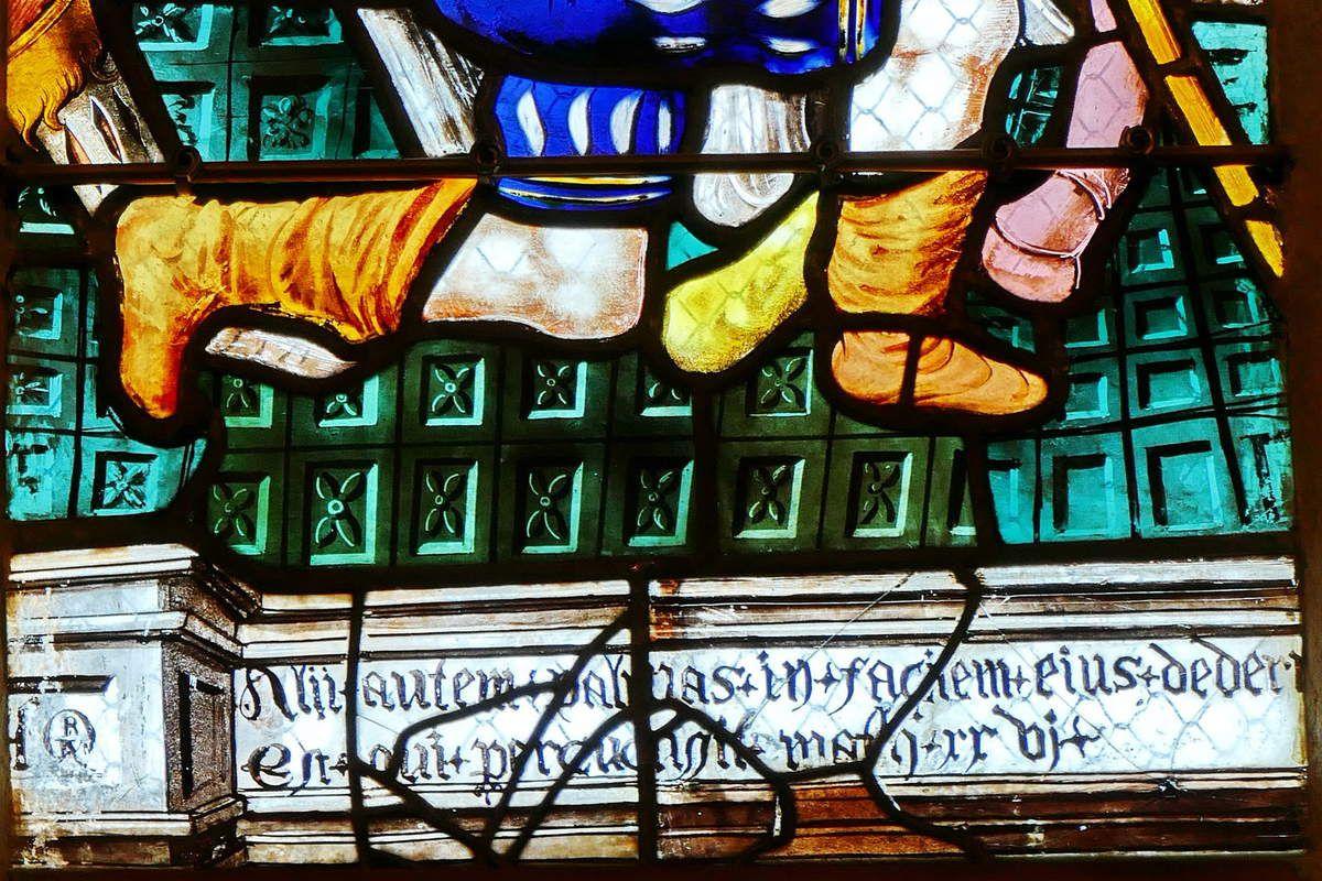 Inscription de la lancette C du registre supérieur, maîtresse-vitre (1556) du chœur de la chapelle Saint-Herbot en Plonévez-du-Faou. Photographie lavieb-aile mars 2017.