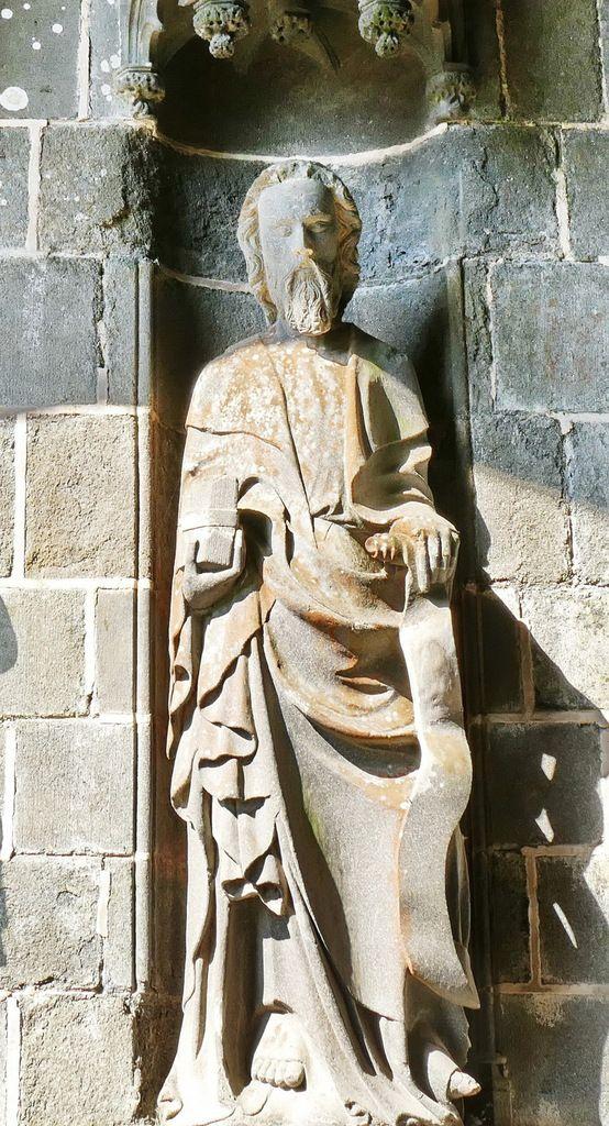 Apôtre n°8, intérieur du Porche des Apôtres, coté nord (kersanton, vers 1423-1433) , Collégiale du Folgoët. Photographie lavieb-aile avril 2017.